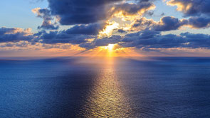 Quelle: https://hdhintergrundbilder.net/natur/sonnenuntergang-sonne-horizont-strahlen-meer-wolken/