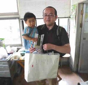 自宅にある食品を寄贈してくれたおとうさんと娘