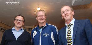 Adrian de Buhr (Mitte) mit VfL-Teammanager Henning Baumann (links) und dem Germania-Vorsitzenden Reiner Siemermann.