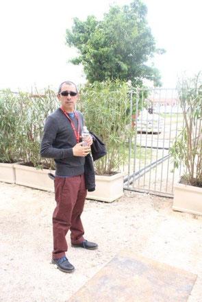 Luis Felipe Ortega. en la valla que marca el límite del Arsenale. A partir de ahí, empieza una zona militar por la que cruza el tubo para poder succionar agua del canal y alimentar la pieza. / S. R. B.