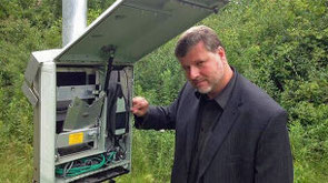 El investigador canadiense Colin Novack muestra el equipo con el que está grabando el zumbido. (University of Windsor)