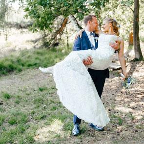 FOTOFECHNER - Hochzeitsfotograf Soltau zeigt Eheringe im Brautstrauß