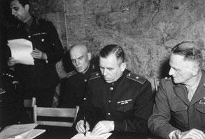 Начальник военной миссии СССР во Франции генерал-майор Иван Алексеевич Суслопаров (1897—1974) подписывает акт капитуляции Германии в Реймсе 7 мая 1945 года