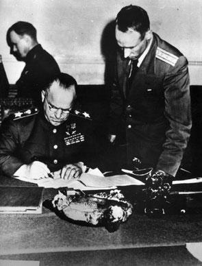 Командующий 1-м Белорусским фронтом Маршал Советского Союза Жуков Г.К. подписывает Акт о безоговорочной капитуляции всех вооруженных сил Германии. Берлин. 08.05.1945 г.