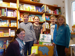 Die Aloisius-Leseratten (v.r.) Nina Bodenheim, Lukas Kuhl, Karoline Pudeg und Fabian Giffels bekommen von Jessica Bälz (l.) ihr neues Futter. (Foto: Anja Pudeg)
