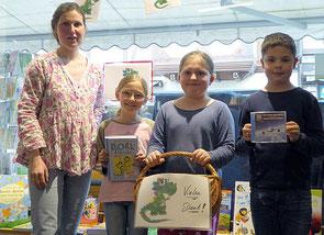 Mit Jessica Bälz (l.) von der Buchhandlung am Ahrtor freuen sich Nina Bodenheim, Karoline Pudeg und Fabian Giffels (v.r.) darauf, bald die neuen Bücher ausleihen zu können. (Foto: Anja Pudeg)
