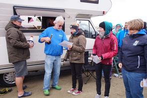 Lisa Wagner - die neue Weltmeisterin im Inbusschlüsselweitwurf nimmt den Wanderpokal entgegen