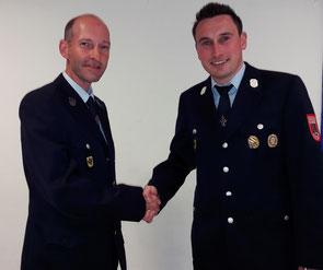 Kommandant Killian (r.) beglückwünscht Helmut Fetzer (l.)