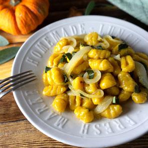 Kürbis Gnocchi mit Karamellisierten Zwiebeln und Birnen - Einfache rezepte, Mittagessen, Abendessen, Rezepte für den Herbst, Herbstrezepte, Kürbisrezepte, Familienküche, Familienrezepte, Rezeptideen, Saisonal, Pasta, Hauptspeise