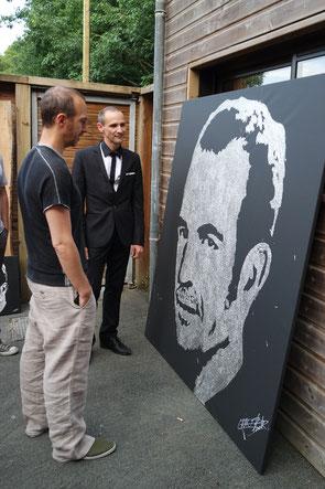 Le chanteur Calogero face à son portrait paillettes de l'artiste Erik Black