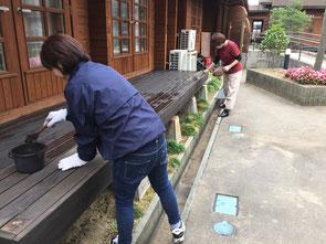 居室南側テラスのペンキ塗り作業中!!