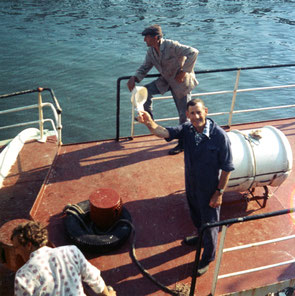 Een vissersboot met twee mannen na de visvangst i Oostende. 1975