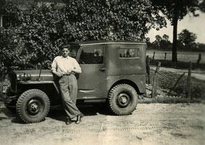 Man voor een oude jeep.