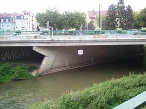 Le volume suspendu à un pont de la ville de Mulhouse.