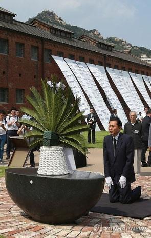 12일 오후 한국을 찾은 하토야마 유키오(鳩山由紀夫) 전 일본 총리가 서울 서대문형무소를 방문, 추모비 앞에서 무릎을 꿇고 있다.