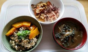 皮つきハトムギと発芽玄米のワカメ混ぜご飯の葛あんかけと、タマネギのスープ(よもぎ玄米餅のクルトン入り)、根菜の醤油漬けにはふのりをのせて