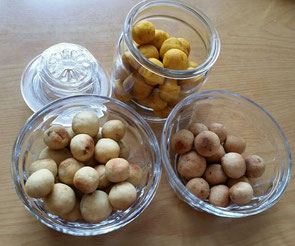 砂糖を使わないおやつ「レーズンボール」をいろいろアレンジしてみました。上はカボチャの生地。左下は薩摩芋の生地。右下は玄米甘酒入りのプレーンふう。主な材料は、地粉(国産小麦)、レーズン、ごま油、塩。これに甘酒または薩摩芋または南瓜を混ぜました。