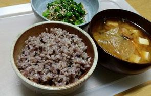 黒米玄米ご飯と、糸蕎麦サラダ。大根おろし醤油をかけて。野菜は菜の花などの春野菜を利用。