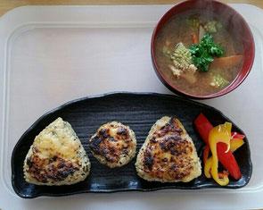 ゆず味噌(白味噌ベース)を付けて焼いた発芽玄米の焼きおにぎりと、豆味噌と麦味噌の合せ味噌でつくったお味噌汁