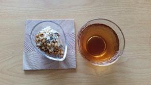 南瓜の種入り、玄米プディングと、冷たいハブ茶(暑い日の朝食にいかがでしょう?)