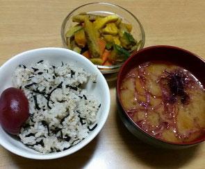 七段階を意識して食べたご飯の例。ひじきご飯(残念ながら写真は玄米ではなく白米です)、ふのりを入れた麦味噌のお味噌汁、根菜の煮物。