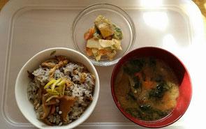 朝ごはんは、胡麻の炊き込みご飯。洗い胡麻を入れて炊き上げた白米(玄米もおすすめ)に人参としいたけ、油揚げ、ごぼうをお醤油で煮つけたものを混ぜました。半分混ぜご飯ですね(笑)今日は、飯塚農園さんの人参を入れました。上のサラダは、蒸かしたジャガイモと生の大根とにんじんに、麦味噌と白練り胡麻をリンゴジュースでのばしたドレッシングに混ぜたサラダ。