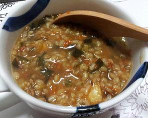 玄米おじや(麦味噌、こんぶ、人参や大根のみじん切りをクツクツ煮込みます。昔からある日本の家庭の味ですね)