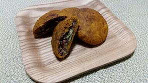 小豆と南瓜が余ったので(笑)味と食感を変えるために、マクロビ風カボチャクッキー(砂糖不使用)を作ってみたら、こんな感じに。小豆の中に、かぼちゃの種を入れてみました。小麦粉を少なめにし、カボチャの水気と大さじ1弱の胡麻油と一つまみのお塩のみ使用。結果的に、カントリーマームのような触感に!