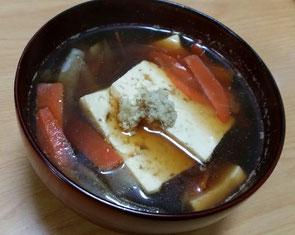 葛仕立てのお吸い物を帰宅後復習してみました。昆布としいたけのおだしに、塩とお醤油と生姜のみのシンプルな味付けなのに美味いのです。暖かくなってくると、味噌汁が重く感じることも。朝食はお味噌汁だったとしても夕食は少し軽くしたい、そんな時はお吸い物をぜひ。