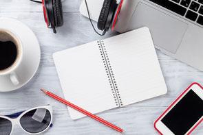 weißer tisch mit laptop, iphone, laptop, notizbuch