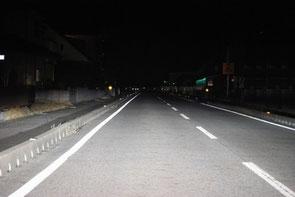 暗い道路では遠くがカーブの道路でも直線に見えてしまう