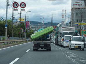 このようなトラックの後方は走らないようにしましょう
