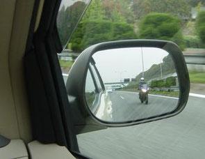 ミラーに映るバイクの距離感を見誤らないこと