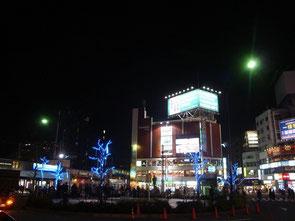 駅西側のロータリーは夕方、待ち合わせの人たちでにぎわいます