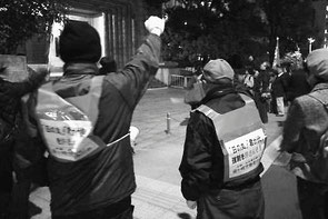 大阪府議会に怒りのシュプレヒコールを叩きつける
