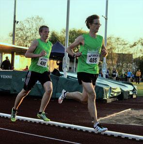 Simon Scherer (rechts) zieht Thomas Fischer zur persönlichen Bestzeit über 5000m