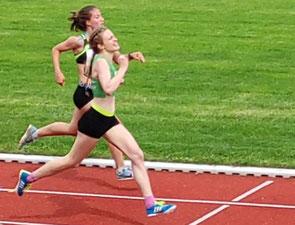 Starkes Finish: Sarah Bischoff überholt Eva Drücke (LG Stadtwerke München) kurz vor dem Ziel.  Mit 2:26,33min wurde Sarah schwäbische Meisterin über 800m.