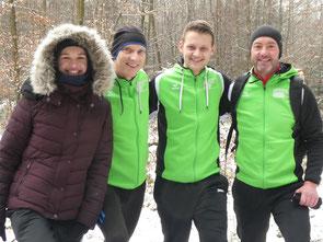 Locker nach dem Glühwein im Ziel: Sarah, Michael, Felix und Roland