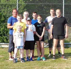 Rolf Kropka (links) kümmert sich auch um die Jugendarbeit in unserem Verein. Jeden Samstag bringt er unserem Nachwuchs die technisch sehr anspruchsvollen Wurfdisziplinen bei.