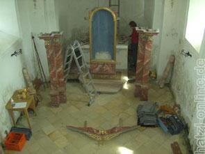 Die Einzelteile des Altares während des Ausbaus