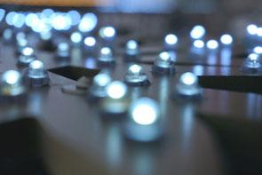 Weiße Winterlandschaft mit Lichterketten