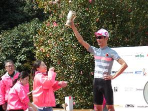 優勝者(後藤孝太郎選手)には、つばきの花びらが降り注がれた。