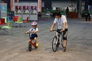 ヘルメットをかぶり、自転車の乗り方教室にチャレンジ!