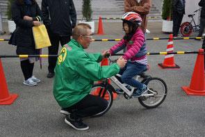 自転車乗り方教室でアドバイスする中野浩一氏