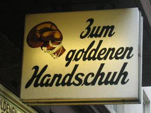 """Corpus Delicti Tours - Außenwerbung des Lokals """"Zum goldenen Handschuh"""", jenem Lokal, in dem Frauenmörder Fritz Honka seine Opfer gefunden hat."""