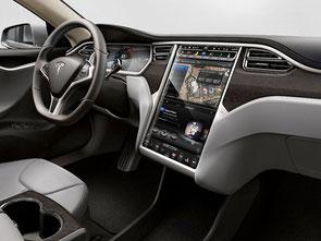 自動車の「白物家電化」から「スマホ化」?:テスラSのインパネにドッカと据わる17inchタッチスクリーン