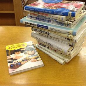 図書館で本を探し、1日で読んでそれぞれの本の要点を書き出しました。