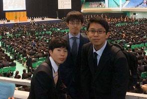 大学の入学式にて。中央が登阪くんの尊敬する友人