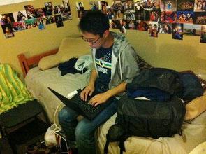 友達の家で、英語の文献を漁っているところです。