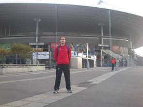 Daniel Henares, delante del Estadio Saint Denis